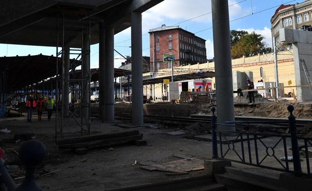 """Pieniędzy nie dostają od miesięcy. Podwykonawcy budujący dworzec PKP w Szczecinie czują się oszukani. Jak policzyli, generalny wykonawca zalega im łącznie ponad 8 milionów złotych. """"Nie mam z czego zapłacić ludziom na święta"""" – żali się przedsiębiorca."""