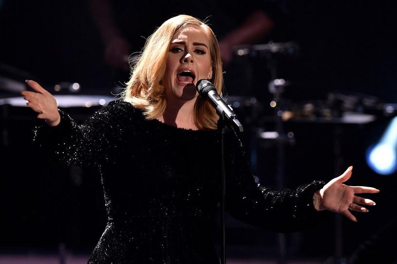 Adele wyznała w jednym z wywiadów, że z powodów zdrowotnych musiała rzucić palenie oraz alkohol. Do decyzji namówił ją lekarz, który leczy jej struny głosowe.