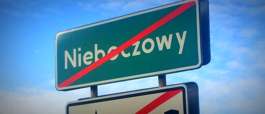 Nieboczowy znikają. Tam, gdzie teraz jest niewielka, śląska wieś, niebawem będzie przeciwpowodziowy zbiornik. To trzecia taka operacja w Polsce w ciągu ostatnich kilkudziesięciu lat. Większość mieszkańców przeprowadzi się do nowej wsi. W starym miejscu dziś spędzą ostatnią Wigilię.