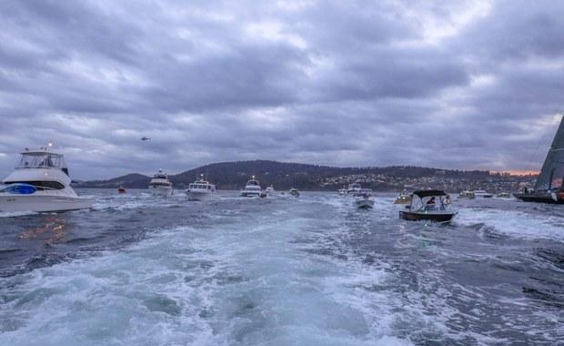 """Amerykański jacht """"Comanche"""" wygrał 71. edycję prestiżowych regat żeglarskich na trasie Sydney-Hobart. Zwycięzcy pokonali trasę długości 628 mil morskich w dwa dni, osiem godzin, 58 minut i 30 sekund. Do Hobart dopłynęli z uszkodzonym sterem. To pierwszy sukces amerykańskiego jachtu od 1998 roku."""