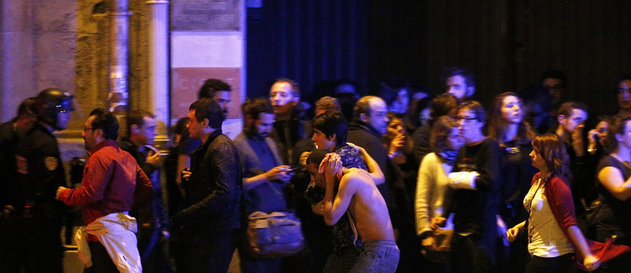 """Terroryści, którzy dokonali zamachu na halę Bataclan, mieli w trakcie ataków poszukiwać piosenkarza zespołu """"Eagles of Death Metal"""" – donoszą zagraniczne media."""