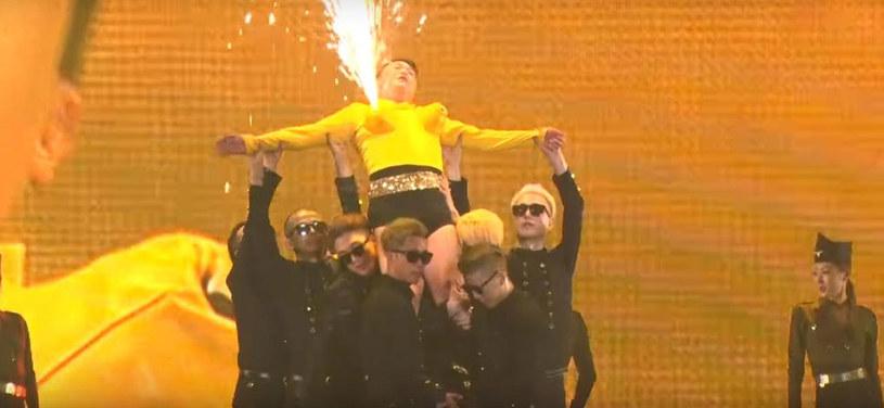 Koreański gwiazdor zaskoczył na jednym z koncertów koncercie swoją stylizacją. Oprócz obcisłych szortów postanowił założyć również sztuczny biust.