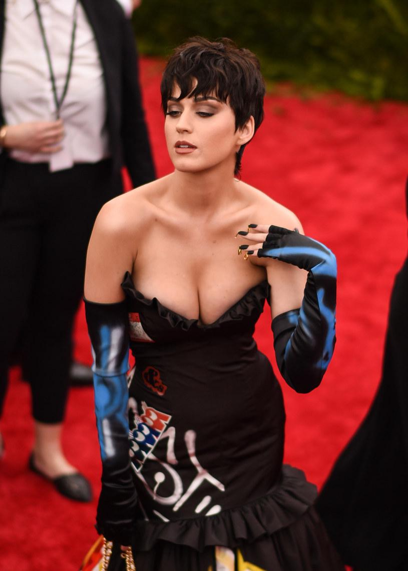 """Katy Perry i Juicy J zostali pozwani przez rapera Flame'a za naruszenie praw autorskich w ich piosence """"Dark Horse"""". Para muzyków poprosiła sąd, by ten odrzucił wniosek."""