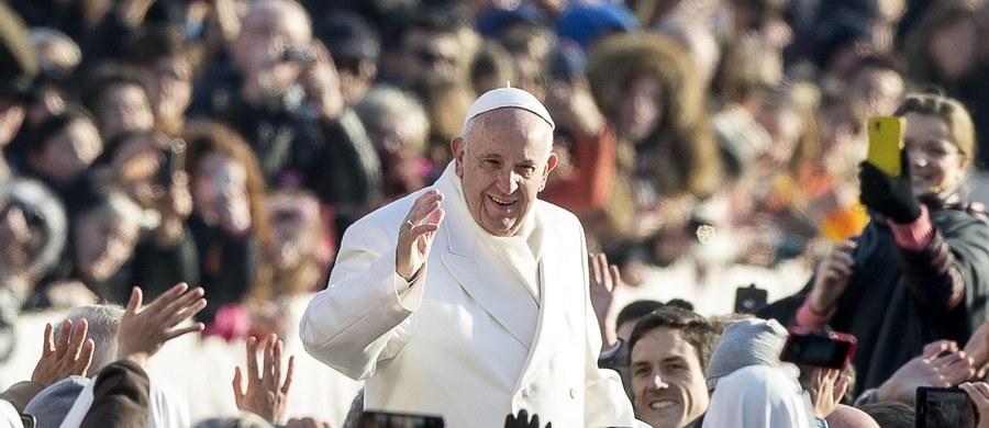 """""""Złoszczę się, ale nie gryzę""""- powiedział papież Franciszek dzieciom i młodzieży podczas audiencji w czwartek, w trakcie której spotkał się z federacją chórów Pueri Cantores z wielu krajów. Żartował, że gdyby sam zaśpiewał, przypominałoby to głos osła."""