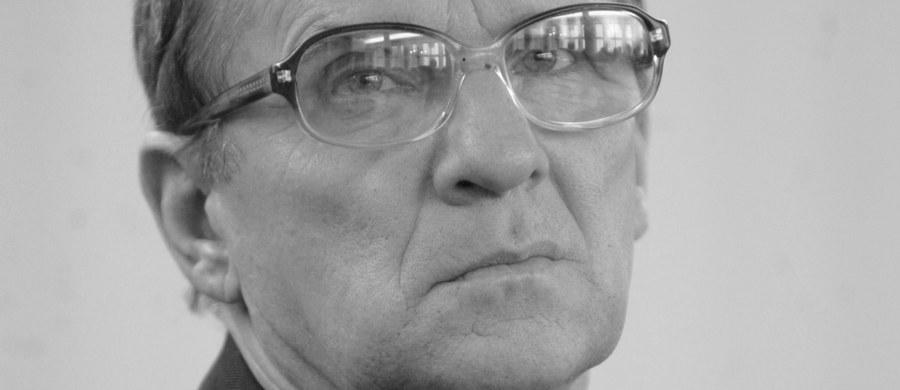 """Po długiej chorobie w wieku 69 lat zmarł Roman Bartoszcze - podał jego współpracownik, były poseł Leszek Murzyn. Bartoszcze był założycielem Polskiego Forum Ludowo-Chrześcijańskiego """"Ojcowizna"""". Był też posłem i pierwszym prezesem odrodzonego PSL."""
