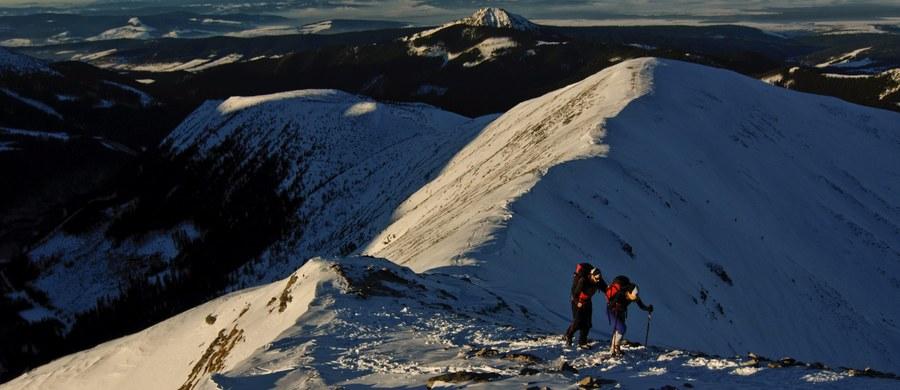 Kolejny śmiertelny wypadek w Tatrach. Tym razem po słowackiej stronie granicy zginął wspinacz. Mężczyzna poślizgnął się i spadł blisko 200 metrów do Doliny Młynickiej. Wcześniej w niedzielę polscy TOPR-owcy ruszyli po 19-latkę, która poślizgnęła się w rejonie Przełęczy Krzyżne. Kobiety nie udało się uratować.