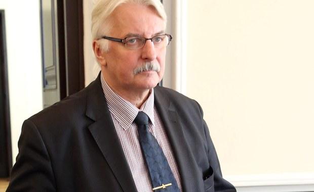"""Polska jest skłonna do kompromisu w rozmowach z Wielką Brytanią na temat europejskich imigrantów w zamian za wsparcie ws. zwiększenia obecności NATO w Europie Środkowej - miał stwierdzić w opublikowanym wywiadzie dla agencji Reutera szef MSZ Witold Waszczykowski. Wieczorem jednak resort spraw zagranicznych wydał oświadczenie, w którym podał, że """"minister nie zgadza się w żadnym wypadku na dyskryminacyjne traktowanie Polaków, a zatem wszelkie inne interpretacje jego wypowiedzi są całkowicie bezzasadne""""."""