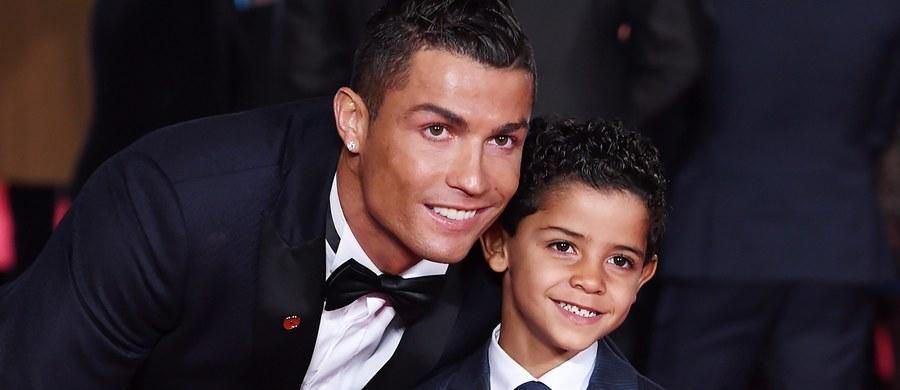 """Planuje grać w piłkę nożną jeszcze nawet dziesięć lat, a później… """"żyć jak król"""". Nie zamierza przy tym obejmować żadnych funkcji związanych z futbolem. Po zakończeniu kariery chciałby zająć się modą i akcjami charytatywnymi na rzecz dzieci. Taki pomysł na życie ma Cristiano Ronaldo."""