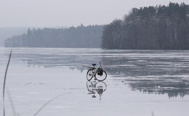 W nocy zamarzły mazurskie jeziora od Mamr, przez Niegocin po Mikołajskie. Zamarznięte jest także największe polskie jezioro - Śniardwy. Ratownicy podkreślają, że lód na wszystkich jeziorach jest zbyt cienki, by wchodzić na niego.