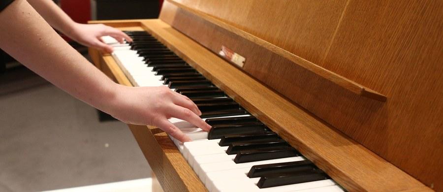 """Muzycy, którzy w trakcie gry aktywnie wyrażają emocje, stają się dzięki temu bardziej kreatywni - przekonują na łamach czasopisma """"Scientific Reports"""" naukowcy z Johns Hopkins School of Medicine i University of California - San Francisco. Wyniki badań prowadzonych wśród pianistów jazzowych pokazują, że emocje silnie wpływają na to, które z rejonów mózgu odpowiedzialnych za kreatywność są aktywne i do jakiego stopnia."""
