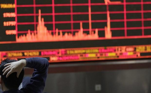 Chińskie indeksy giełdowe gwałtownie spadły - prawie o 7 proc. W tej sytuacji zdecydowano się wstrzymać handel na giełdzie w Szanghaju i Shenzhenie. Po ten środek sięgnięto w Chinach pierwszy raz. Giełdy w innych krajach również dołują. Mocno stracił też WIG.