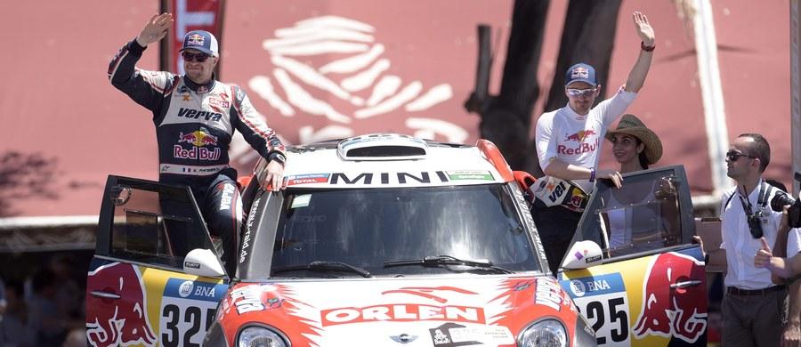 Adam Małysz zajął 15. miejsce, najlepsze z polskich kierowców, na poniedziałkowym etapie Rajdu Dakar z metą w Termas de Rio Hondo w Argentynie i na takiej też pozycji jest po dwóch etapach. Do lidera, utytułowanego Francuza Sebastiena Loeba, traci ponad 12 minut.