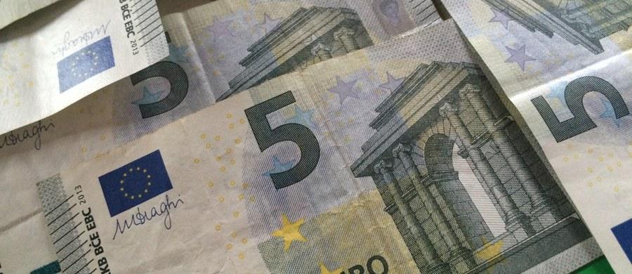 Członkostwo w strefie euro mogłoby być źródłem zagrożeń dla gospodarki, ale resort finansów będzie dążył do zwiększenia stopnia podobieństwa polskiej gospodarki do strefy euro - poinformowało Ministerstwo Finansów.
