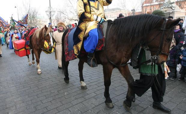 Podczas przemarszu orszaku Trzech Króli w Nysie na Opolszczyźnie doszło do tragedii. Spłoszony koń poturbował 4-letnie dziecko, które natychmiast przewieziono do szpitala. Policja ustala przyczyny wypadku.