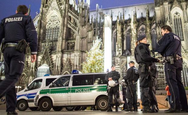 Niemiecka policja zatrzymała kilku sprawców napaści seksualnych i rabunkowych na kobiety, do których doszło w sylwestra w Kolonii. Zawiadomienia o przestępstwie złożyło dotychczas blisko 160 ofiar ataków w dwóch niemieckich miastach. Policja krytykowana jest za opieszałość.