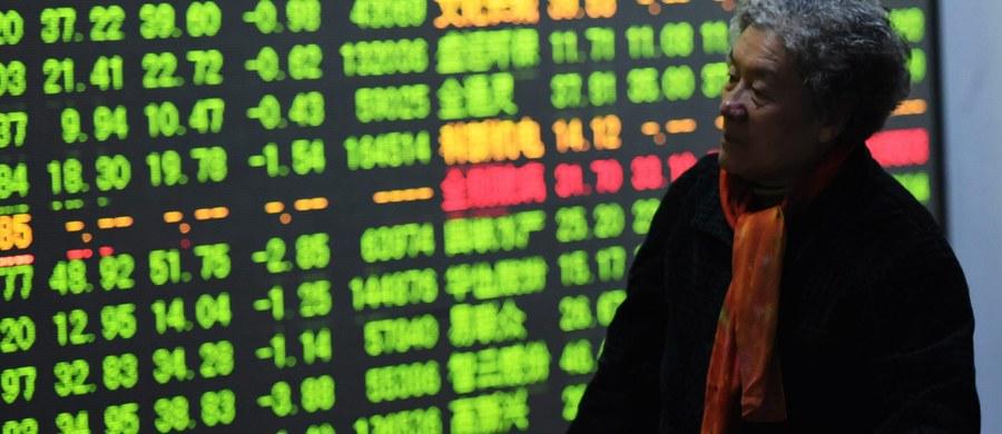 Notowania na chińskich giełdach papierów wartościowych w Szanghaju i Shenzhen zostały wstrzymane po spadkach o ponad 7 procent i po obniżeniu przez bank centralny kursu juana. Chińskie giełdy zamknięto przedwcześnie już drugi raz w tym tygodniu.