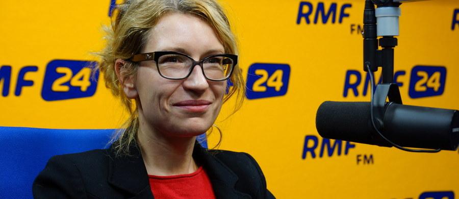 """""""Choroby rzadkie występują rzadziej, niż raz na 2 tys. osób. Są to takie choroby, których w Polsce przy jednej jednostce chorobowej będziemy mieć 3,4 pacjentów. Wszystkich chorób jest około 8 tys."""" – mówi gość """"Dania do Myślenia"""" w RMF Classic, dyrektor Instytutu Studiów Interdyscyplinarnych Uczelni Łazarskiego, Maria Libura. Dodaje, że """"w Polsce może być nawet do 2 mln osób chorych na choroby rzadkie"""". """"Mówi się, że pacjenci doświadczają odysei diagnostycznej. W naszym badaniu mieliśmy rekordzistów, którzy zanim dostali odpowiedź na to, co im dolega, czekali 12 lat"""" – zdradza gość RMF Classic. """"Wiele tych chorób prowadzi do poważnej niepełnosprawności"""" – mówi Libura."""