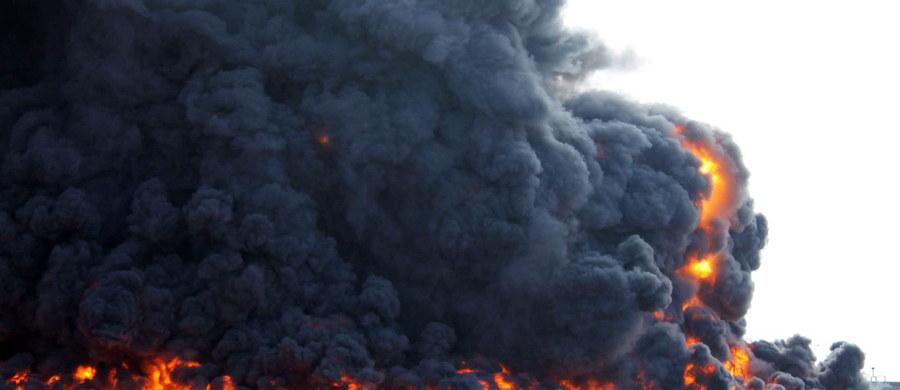 Co najmniej 65 osób zginęło w zamachu bombowym na ośrodek szkolenia policji w mieście Ziltan w zachodniej Libii. Sprawcy zamachu zdetonowali ciężarówkę załadowaną materiałami wybuchowymi wśród setek zgromadzonych na zbiórce rekrutów ośrodka.