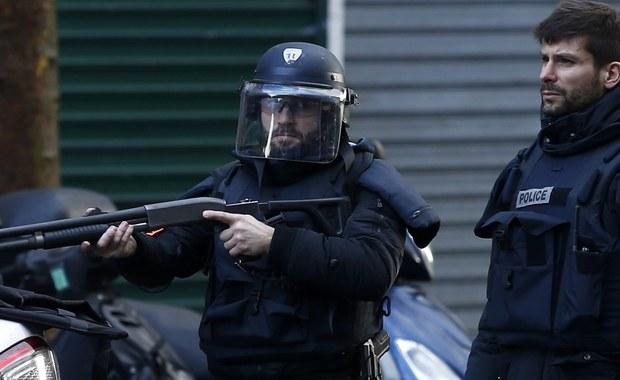 """Funkcjonariusze zastrzelili mężczyznę, który próbował wtargnąć na posterunek policji na północy Paryża. Napastnik wykrzykiwał """"Allah Akbar"""". Był uzbrojony w nóż."""