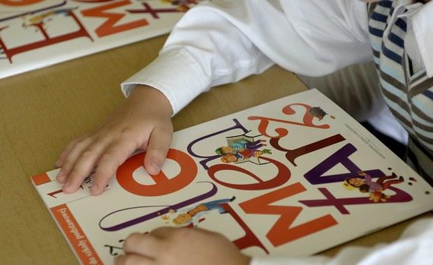 Prezydent Andrzej Duda podpisał nowelizację ustawy o systemie oświaty, która przewiduje zniesienie obowiązku szkolnego dla 6-latków i przedszkolnego dla 5-latków. Zgodnie z nowelizacją autorstwa posłów PiS dzieci będą obowiązkowo rozpoczynać naukę w wieku siedmiu lat, po rocznym obowiązkowym przygotowaniu przedszkolnym dla sześciolatków.