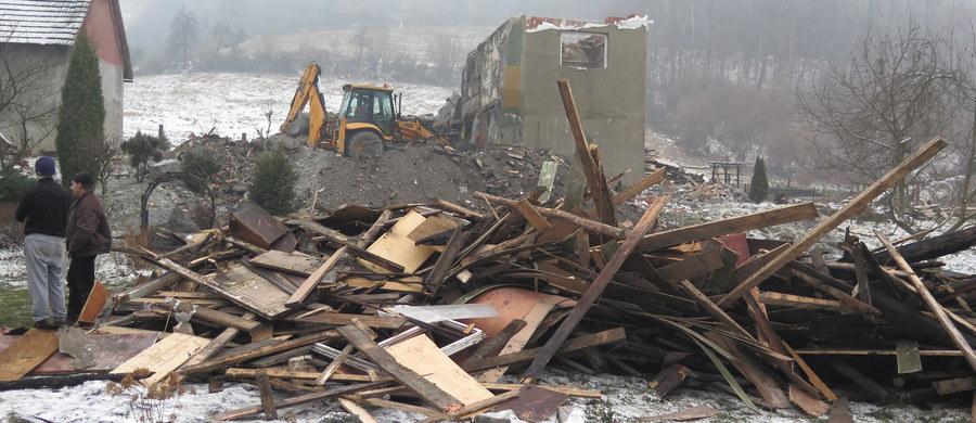 Ośmioosobowa rodzina z Jaszczurowej koło Wadowic nie ma już domu, mebli i ubrań. Wszystko straciła w pożarze, który wybuchł w miniony wtorek. Po budynku pozostały tylko zgliszcza.