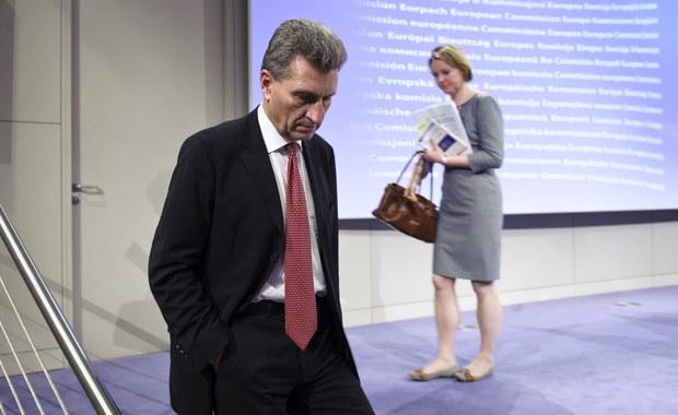 """Niemiecki komisarz ds. agendy cyfrowej Gunther Oettinger, który skrytykował Polskę na łamach niemieckiego dziennika """"Frankfurter Allgemeine Sonntagszeitung"""" i opowiedział się za rozpoczęciem procedury nadzoru wobec naszego kraju, dostał reprymendę od szefa Komisji Europejskiej Jean-Claude'a Junckera. Taką informację uzyskała z unijnych źródeł korespondentka RMF FM Katarzyna Szymańska-Borginon. Sam Oettinger powiedział dzisiaj, że otrzymał dziś list od polskiego ministra sprawiedliwości Zbigniewa Ziobry, ale jeszcze go nie przeczytał."""