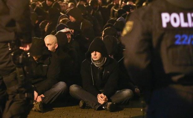 Kilkaset osób zatrzymała niemiecka policja po ulicznych burdach, jakie wybuchły w Lipsku między przedstawicieli skrajnej prawicy i skrajnej lewicy. Do starć doszło w związku z demonstracją zwolenników zamknięcia granic przed imigrantami. Manifestację zorganizowali również przeciwnicy antyimigranckiego ruchu Pegida, którzy domagali się tolerancji i zachowania otwartego na świat charakteru miasta.
