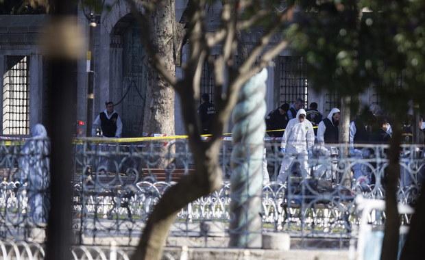 W samobójczym zamachu w historycznej części Stambułu zginęło 10 osób, a 15 zostało rannych. Według premiera Turcji Turcji Ahmeta Davutoglu wszyscy zabici to obcokrajowcy, a większość z nich to turyści z Niemiec. Władze zidentyfikowały już sprawcę - to urodzony w 1988 roku Syryjczyk związany z tzw. Państwem Islamskim.