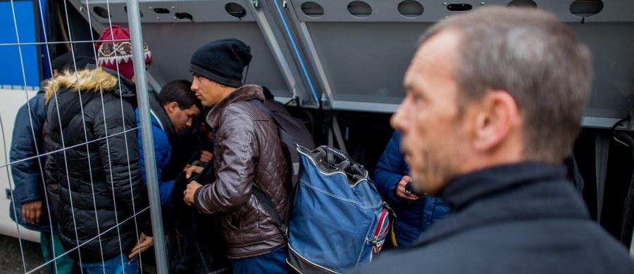 Niemiecka policja zwolniła z aresztu czterech Polaków zatrzymanych w niedzielę w związku z zajściem, do jakiego doszło w ośrodku dla uchodźców w Adelsheim w zachodnich Niemczech. Policja interweniowała po informacji, że uzbrojeni w noże mężczyźni chcą wtargnąć do ośrodka.