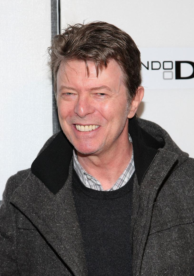"""David Bowie zmarł 10 stycznia 2016 roku. Powodem śmierci legendarnego artysty był rak wątroby. W sieci pojawiły się informacje jakoby Bowie przygotowywał świat na swoje odejście (m.in. poprzez ostatnią płytę """"Blackstar""""). Media podały wiadomość, że ostatnim profilem, jaki David Bowie obserwował na Twitterze był... Bóg."""