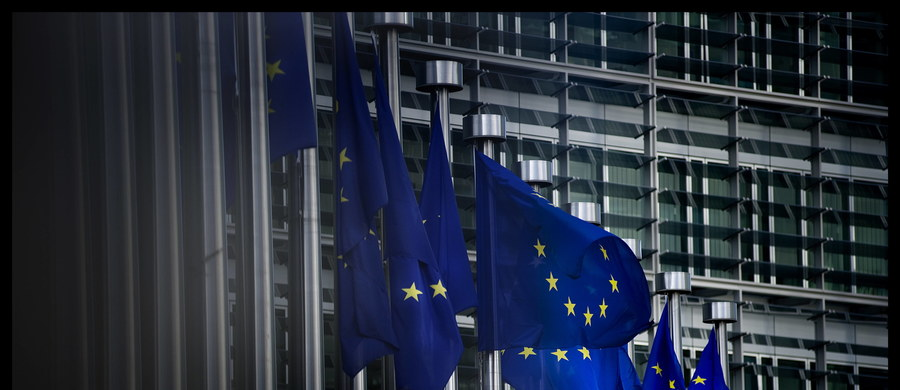 """""""Dialog, a nie rozpoczęcie procedury nadzoru nad Polską – taki będzie zapewne efekt dyskusji unijnych komisarzy"""" – ujawnił w rozmowie z dziennikarką RMF FM wysoki rangą urzędnik Komisji Europejskiej. Debata orientacyjna w KE na temat zmian zachodzących w Polsce ma odbyć się za zamkniętymi drzwiami już w środę. Tematem mają być m.in. kwestia podpisanej przez prezydenta Andrzeja Dudę w zeszłym tygodniu nowelizacji ustawy o radiofonii i telewizji oraz sytuacja wokół Trybunału Konstytucyjnego. Przed debatą z szefem KE rozmawiała premier Beata Szydło."""