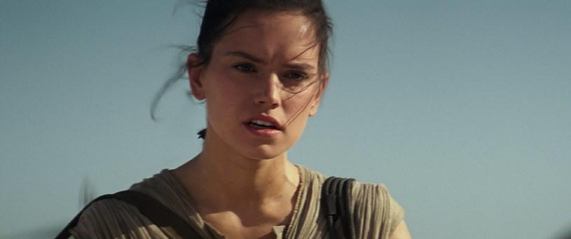 """Z uwagi na wciąż trwającą promocję filmu """"Gwiezdnych wojen: Przebudzenie Mocy"""" i nadchodzącą premierę serialu """"Roadies"""", reżyser J.J Abrams udziela bardzo wielu wywiadów. Przy okazji jednego z nich, twórca odpowiadał na pytania dotyczące jednej z bohaterek swojego najnowszego filmu - Rey."""