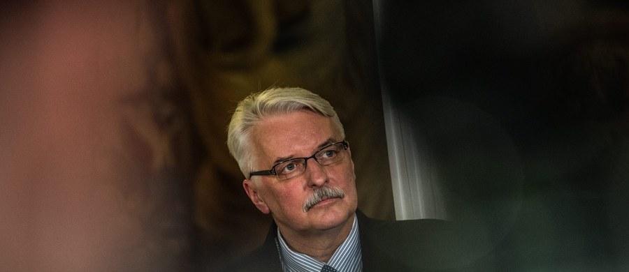 """""""Jesteśmy otwarci na dialog, jaki zapowiedział pan Frans Timmermans (pierwszy wiceprzewodniczący KE – przyp. red.) i cieszymy się, że werbalne ataki polityków europejskich ustąpią i zostaną zastąpione racjonalnym dialogiem"""" – powiedział w TVP Info minister spraw zagranicznych Witold Waszczykowski. KE wszczęła w środę wobec Polski pierwszy etap procedury dotyczącej ochrony państwa prawa."""