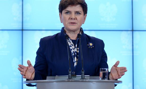 """""""Będziemy nadal aktywnie prowadzić dialog z KE; zapraszam poszczególnych komisarzy unijnych do złożenia wizyty w Polsce"""" - powiedziała na dzisiejszej konferencji prasowej Beata Szydło. W ten sposób premier odniosła się do decyzji Komisji Europejskiej o ogłoszeniu rozpoczęcia wstępnej fazy procedury w sprawie praworządności wobec Polski."""