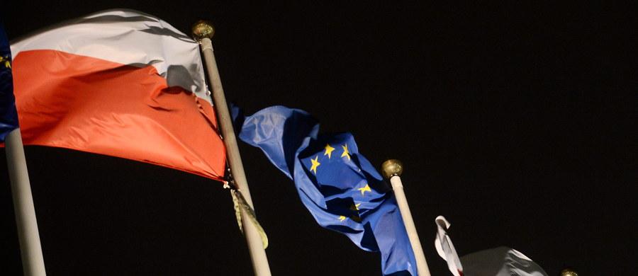 """""""Wczoraj Komisja Europejska po raz pierwszy w historii zastosowała wobec państwa członkowskiego mechanizm obrony państwa prawa. (...) Od jego uruchomienia do art. 7, na mocy którego można pozbawić państwo Unii głosu w Radzie UE, jest jednak daleka droga"""" - podkreśla czwartkowa """"Dziennik Gazeta Prawna""""."""