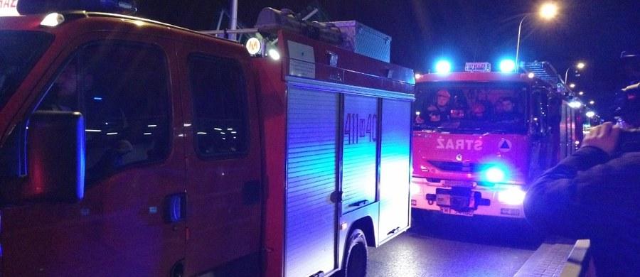 Jedna osoba została ranna w pożarze podziemnego garażu w jednym z bloków w Bielsku-Białej w województwie śląskim. Ewakuowano 26 mieszkańców. Spaliły się trzy samochody.