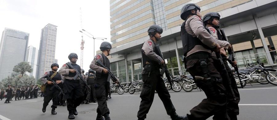 Siedem osób, w tym pięciu napastników, zginęło w zamachach bombowych i strzelaninie w centrum stolicy Indonezji, Dżakarcie - wynika z najnowszego bilansu lokalnej policji. Do samobójczych ataków oficjalnie przyznało się Państwo Islamskie. Wcześniej informowano o co najmniej 10 zabitych, w tym czterech napastnikach.