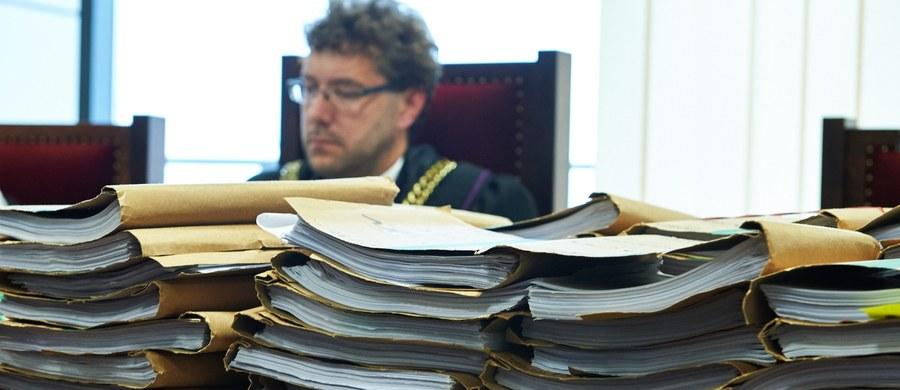 Sąd Okręgowy w Gdańsku ograniczył liczbę oskarżycieli posiłkowych w procesie Amber Gold do 10, mimo że chętnych było 148. Choć nikt wcześniej tego nie zapowiadał, zadecydowała kolejność zgłoszeń. Zabrakło miejsca m. in. dla stowarzyszenia pokrzywdzonych przez parabank, czy syndyka masy upadłości Amber Gold. Organizacyjne posiedzenie sądu w tej sprawie zaplanowane jest na jutro.