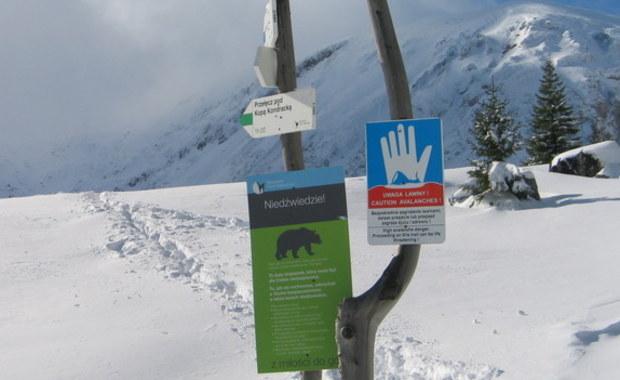 Ministerstwo Spraw Wewnętrznych i Administracji rozważa wprowadzenie czasowego zakazu wyjścia w góry, gdy warunki pogodowe będą stwarzać zbyt wielkie ryzyko dla turystów. Jednak jak zauważa dziennikarz RMF FM, te zmiany mogłyby zacząć funkcjonować najwcześniej w przyszłym sezonie zimowym. Choć i to nie jest pewne.