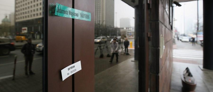 W tymczasowej siedzibie Centrum Eksperckiego NATO naruszano prawo: nie zapewniono ochrony tajemnic, oficerowie przygotowywali interpelacje dla PO, był alkohol - mówili posłowie PiS po posiedzeniu speckomisji, która wysłuchała informacji ws. działań w Centrum.