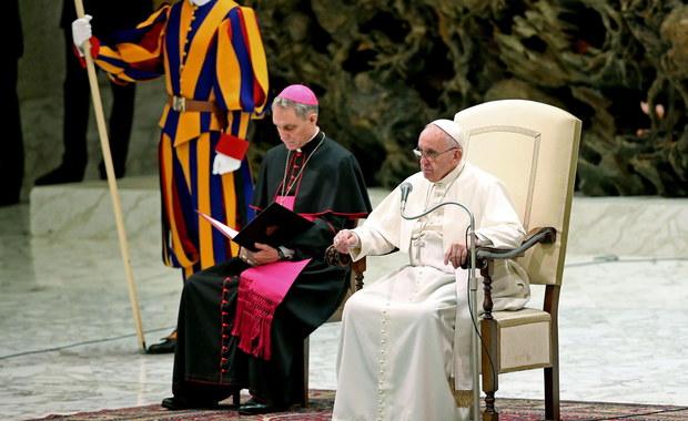 Dwa tysiące bezdomnych, ubogich i uchodźców zaprosił papież Franciszek do cyrku w Wiecznym Mieście. Wyprawę zorganizował urząd papieskiego jałmużnika arcybiskupa Konrada Krajewskiego. W grupie osób zaproszonych na spektakl cyrkowy byli też więźniowie.
