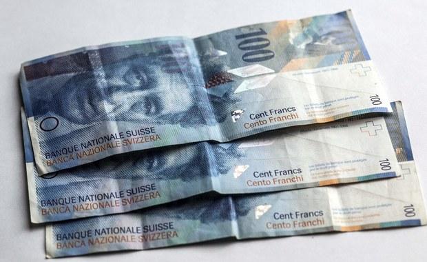 """Projekt ustawy o pomocy osobom spłacającym kredyty walutowe ma przedstawić dzisiaj Kancelaria Prezydenta Andrzeja Dudy. Ci, którzy cierpią z powodu drogiego franka szwajcarskiego, mogą liczyć na ulgę - dowiedział się reporter RMF FM Krzysztof Berenda. Szef grupującego frankowiczów stowarzyszenia """"Pro Futuris"""" zapowiada tymczasem złożenie dziś w Sejmie własnego projektu ustawy, a także """"czarną procesję oszukiwanych przez banki""""."""