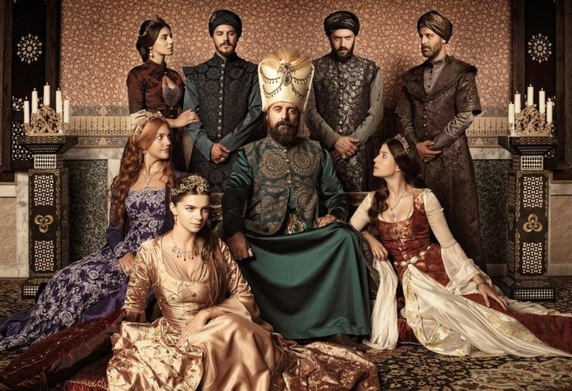"""Serial """"Wspaniałe stulecie"""" olśniewa egzotycznym blaskiem, wspaniałością strojów oraz urodą aktorek i aktorów. Skąd nagły zachwyt nad XVI-wieczną Turcją?"""
