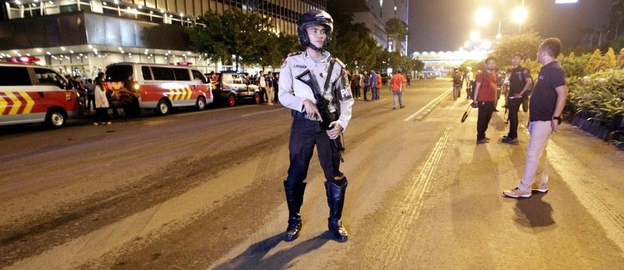 Indonezyjska policja poinformowała o aresztowaniu trzech mężczyzn, którzy mieli utrzymywać kontakty ze sprawcami czwartkowych zamachów terrorystycznych w stolicy kraju, Dżakarcie. Podano również, że w domu jednego z zamachowców znaleziono flagę Państwa Islamskiego.