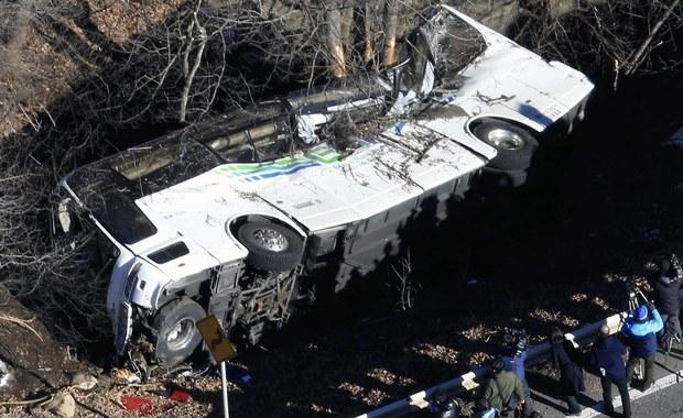 Co najmniej 14 osób zginęło, a 27 zostało rannych w katastrofie autokaru turystycznego w środkowej Japonii - poinformowały lokalne władze. Autokar jechał do jednego z ośrodków narciarskich.