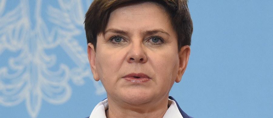 Nie ma żadnego opóźnienia, jeśli chodzi o harmonogram wprowadzania programu 500+ - zapewnia szefowa rządu. W tej chwili program jest konsultowany; już niebawem zostanie przyjęty przez rząd i wtedy skierowany do prac parlamentarnych - poinformowała Beata Szydło.