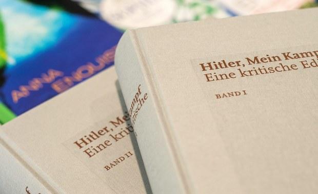 """Ze względu na ogromne zainteresowanie propagandową książką Hitlera """"Mein Kampf"""" jej wydawca - Instytut Historii Współczesnej (IfZ) w Monachium - musi dodrukować kolejne egzemplarze krytycznego wydania publikacji. Pierwszy nakład rozszedł się błyskawicznie."""