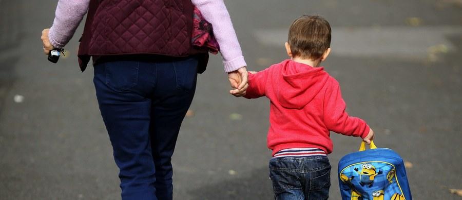 """Zależy nam, aby program Rodzina 500+ realizował politykę rodziną, a nie politykę socjalną - by było to świadczenie powszechne, skierowane do wszystkich rodzin - oświadczyła prezes Związku Dużych Rodzin """"Trzy Plus"""" Joanna Krupska. Sam projekt uważa za bardzo dobry, ma jednak pewne zastrzeżenia dotyczące szczegółowych zapisów."""
