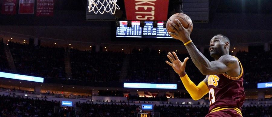 Władze koszykarskiej ligi NBA chcą wprowadzić rewolucyjne zmiany dotyczące godzin meczów. Spotkania w weekendy miałyby się rozpoczynać w USA przed południem. Chodzi o to, by pozyskać większą widownię w Europie i Azji.