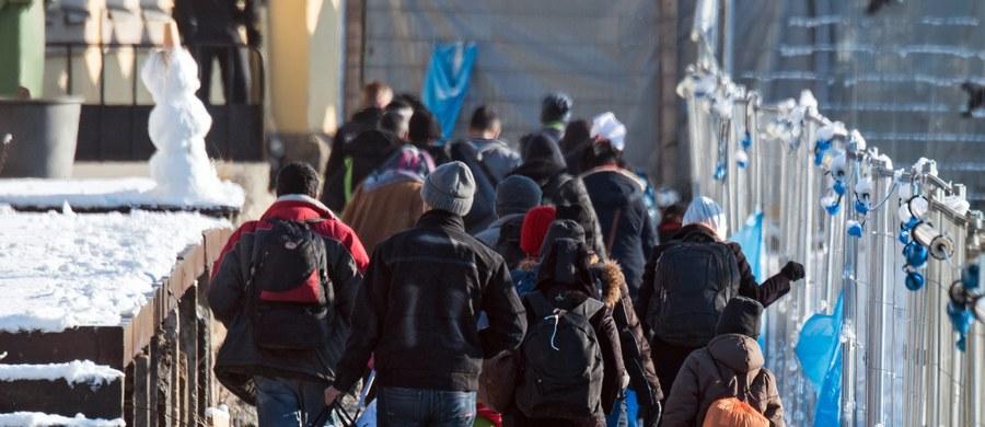 """Wiodący dziennik szwajcarski """"Neue Zuericher Zeitung"""" ocenił, że liberalna polityka migracyjna kanclerz Angeli Merkel zakończyła się fiaskiem. Autor komentarza wzywa Berlin do powrotu do """"Realpolitik"""". Zwraca też uwagę, że niemieckie władze """"nie panują nad sytuacją"""". """"Nikt nie wie, ilu terrorystów znajduje się wśród uchodźców"""" - podkreśla."""